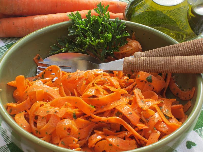 insalata di carote in ciotola verde
