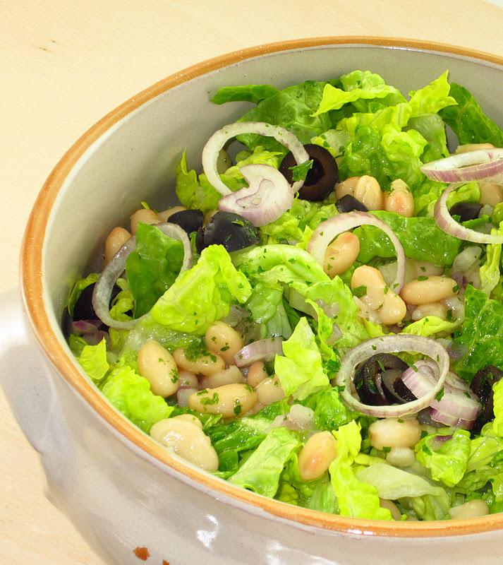 ciotola di insalata con lattuga, fagioli cannellini e cipolla