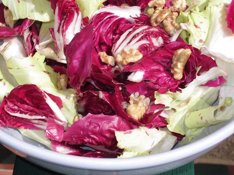 insalata di foglie di radicchi in terrina bianca