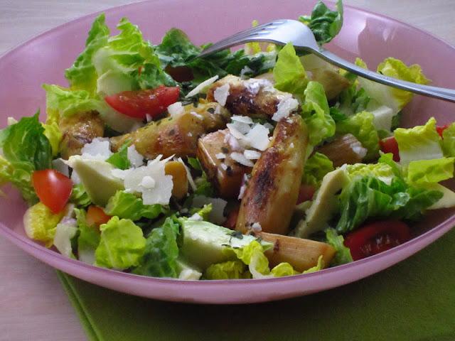 insalata con asparagi bianchi e lattuga su piatto rosa