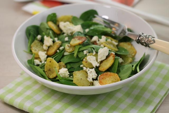 insalata di spinaci e patate in piatto bianco