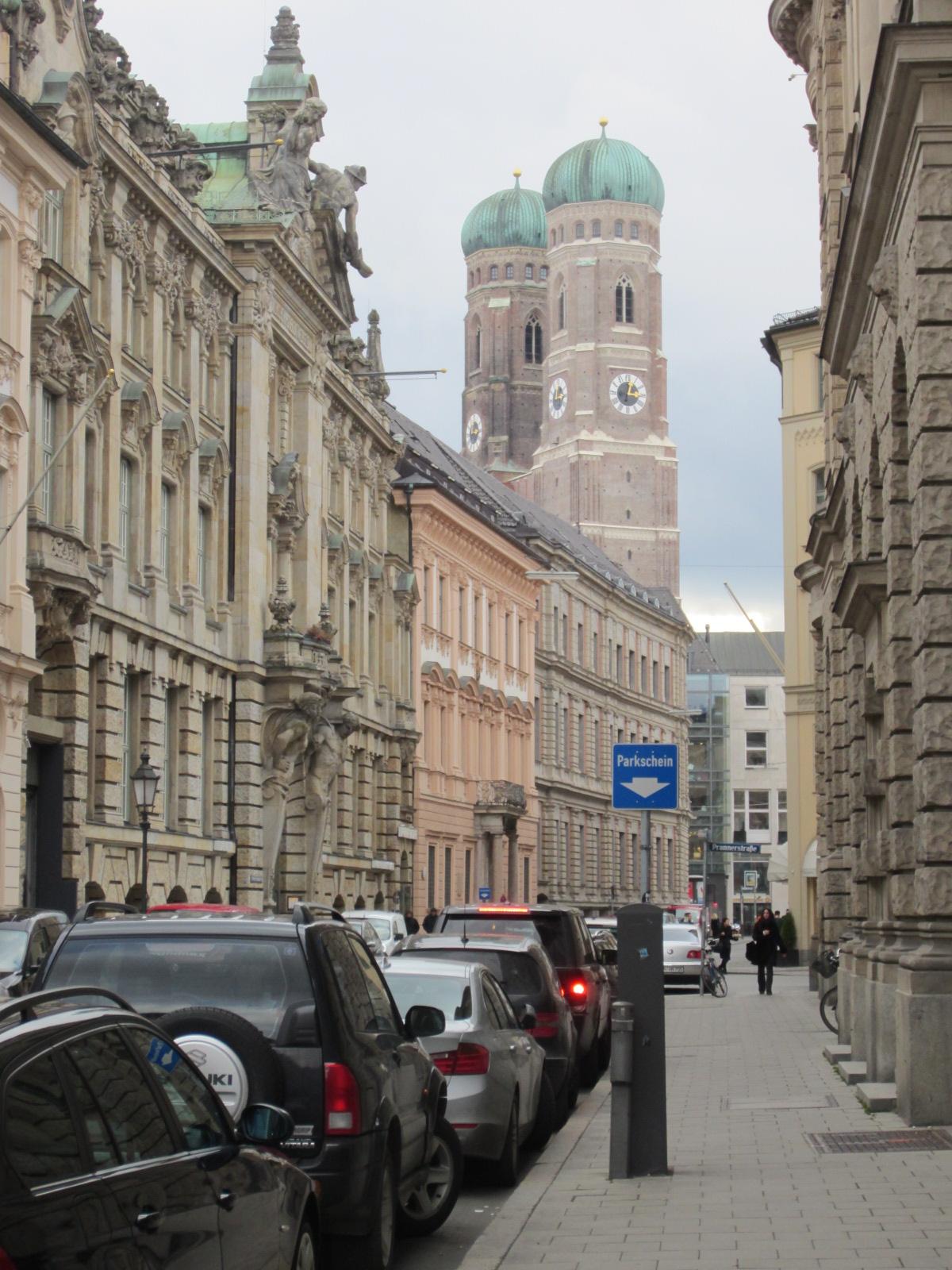 Uno scorcio di Monaco di Baviera con i due campanili della Frauenkirche