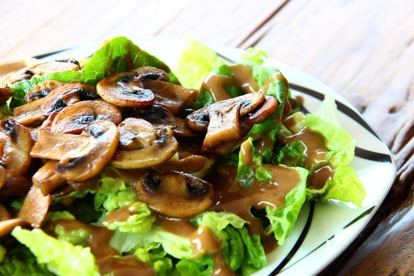 Insalata con lattuga e champignon cotti