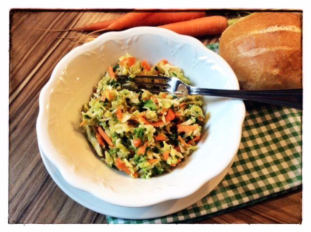 Insalata di verza e carota in ciotola bianca