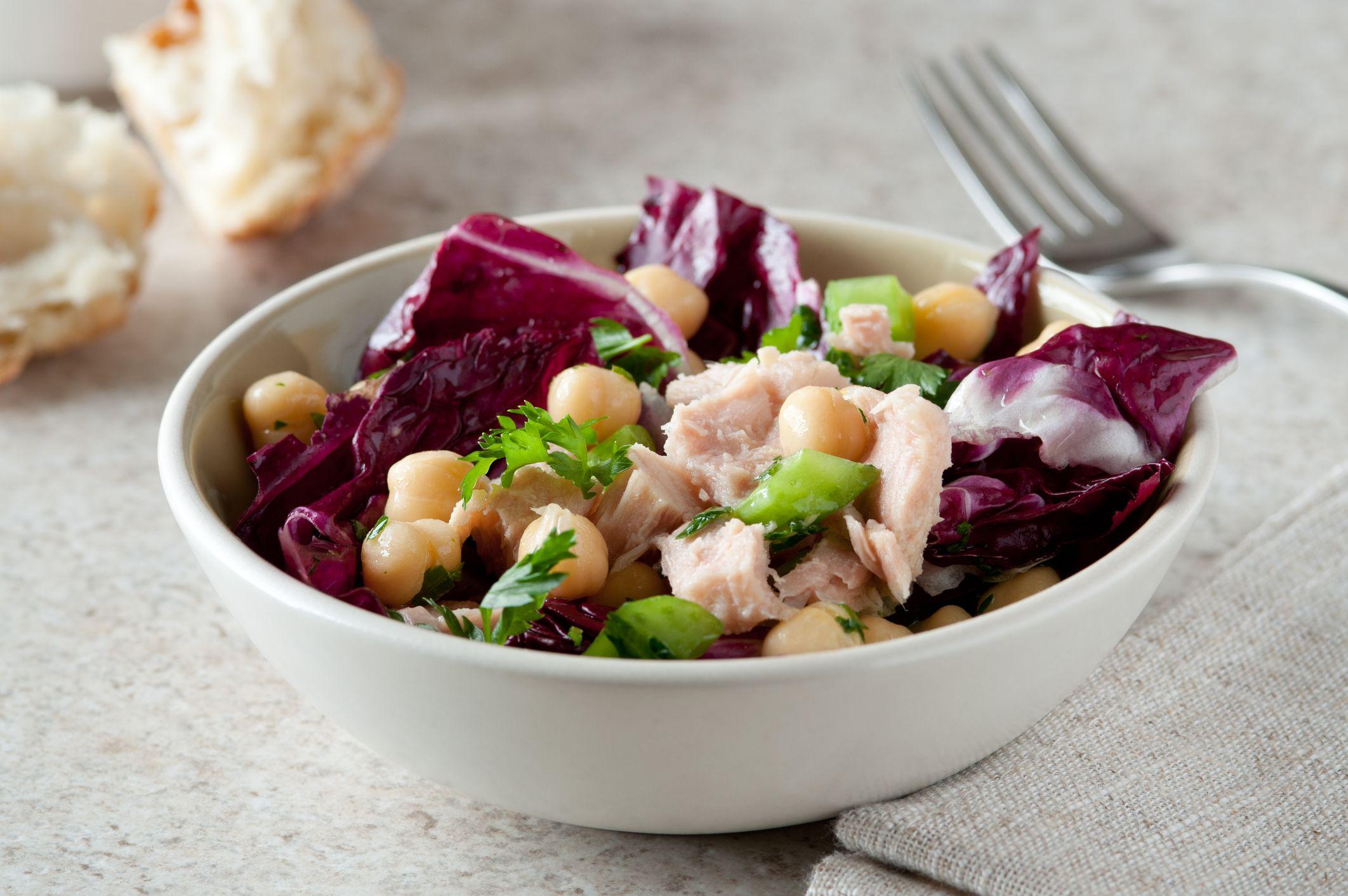 Ciotola con insalata di radicchio, tonno e ceci