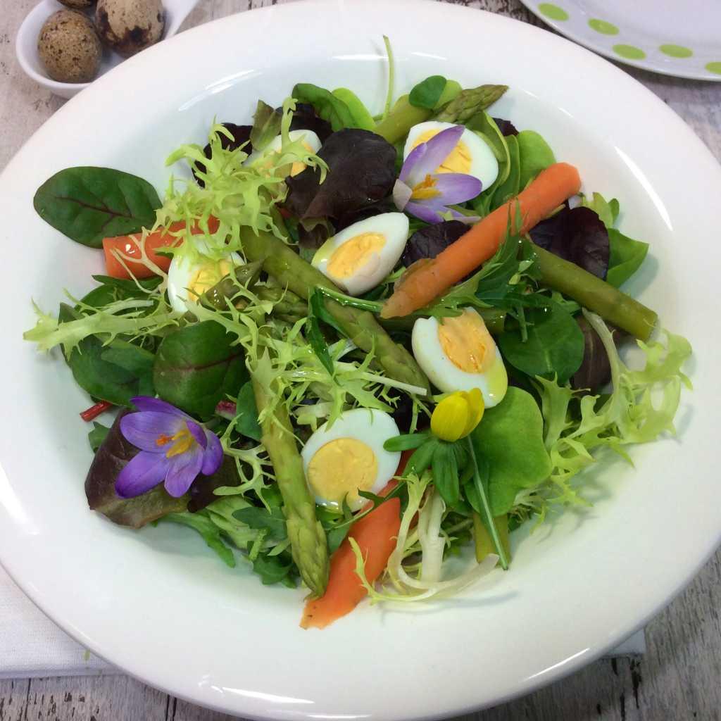 insalata di foglie verdi,carote,asparagi,fiori, uova di quaglia