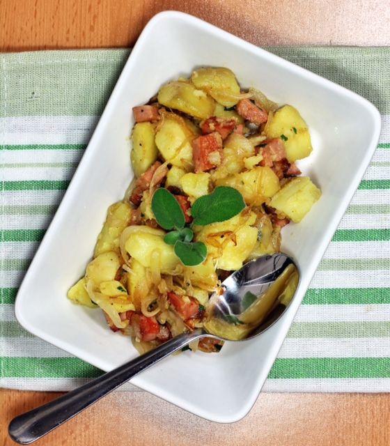 insalata franz di patate con mortadella, foglie di salvia in terrina bianca