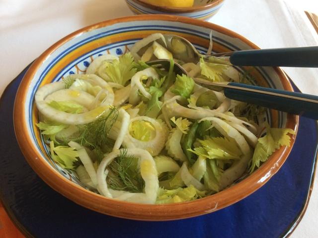 insalata di finocchio e sedano in ciotola di ceramica