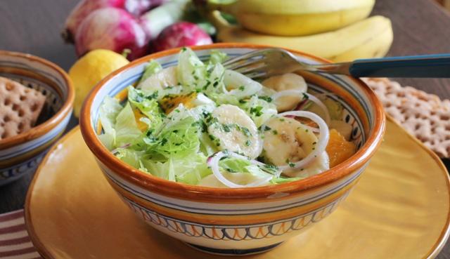 insalata con banana e lattuga in ciotola di ceramica colorata