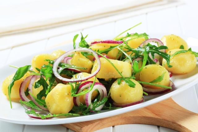 insalata di patate con rucola e cipolla