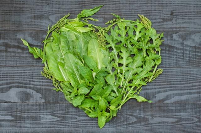 cuore formato da foglie di insalata