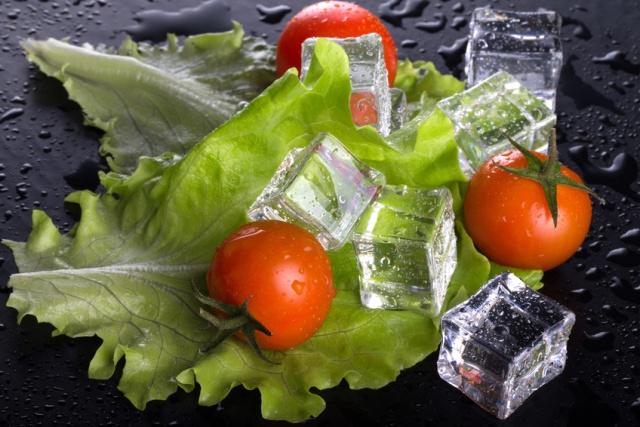 lattuga e pomodori con cubetti di ghiaccio