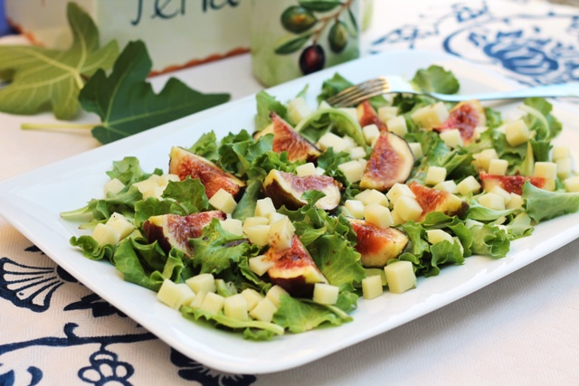 insalata con fichi su piatto bianco