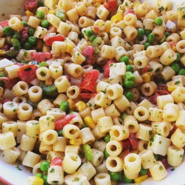 insalata di pasta molto colorata