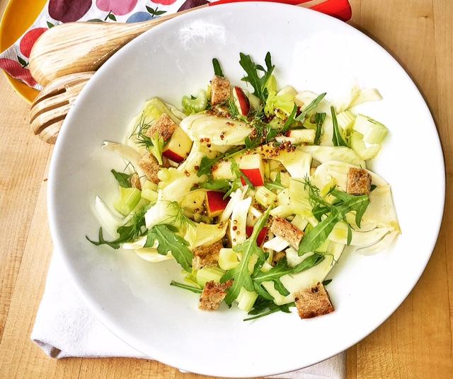 insalata di finocchi e mela rossa in insalatiera bianca