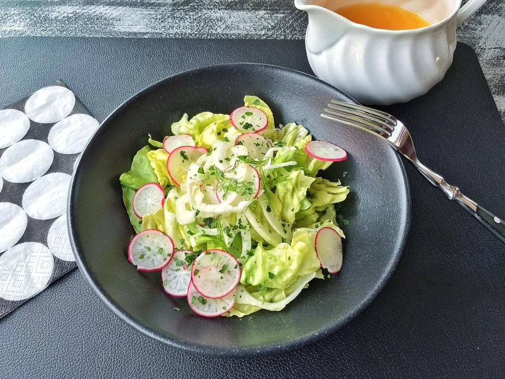 insalata leggera di verdure su piatto nero