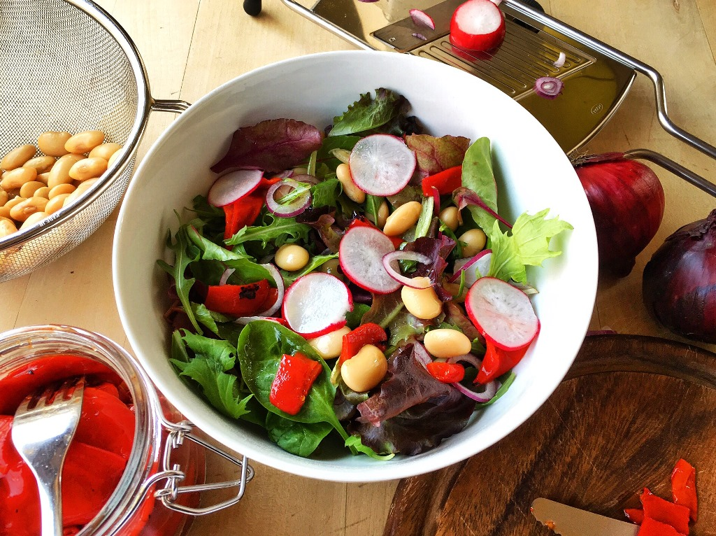 insalata con fagioli, ravanelli e peperoni in ciotola bianca