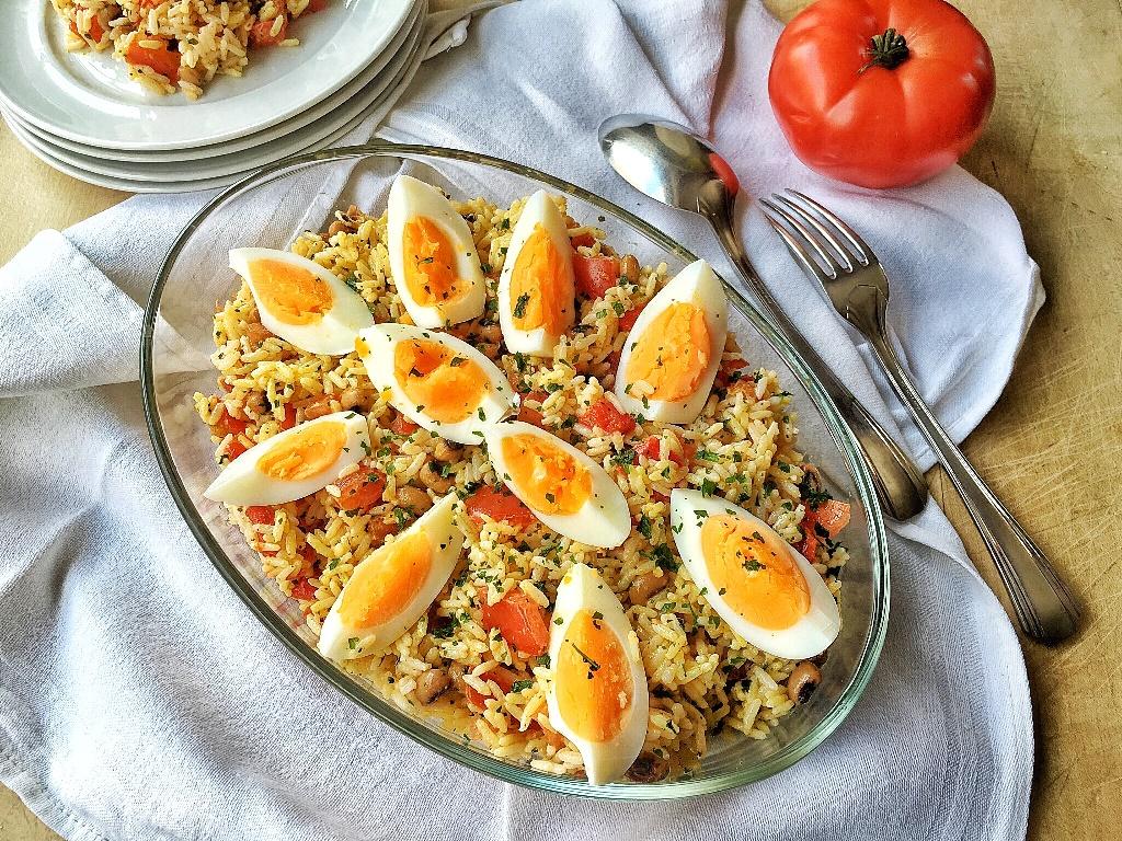 Una sostanziosa insalata di riso con uova in pirofila trasparente