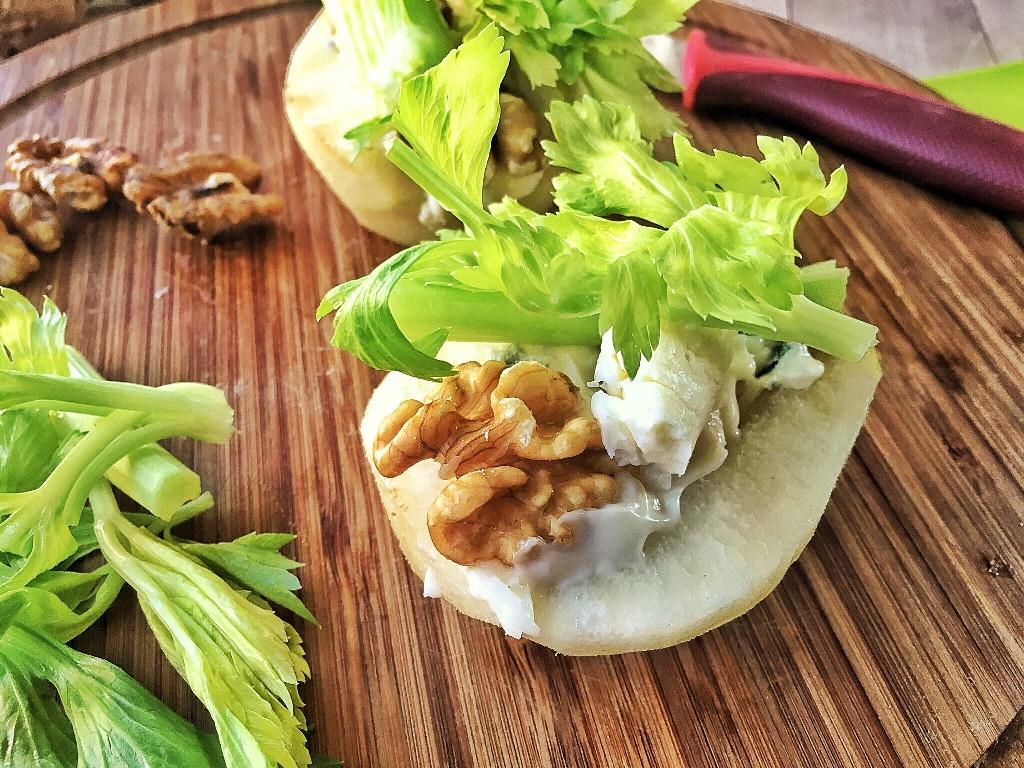 insalata nella pera su piano di legno