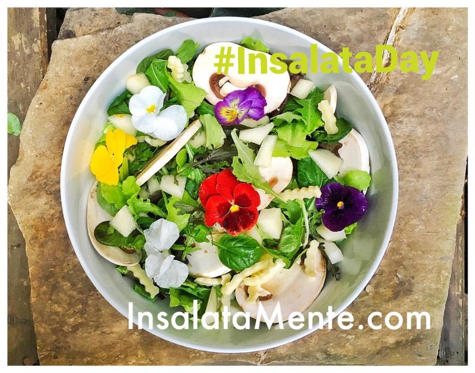 insalata con funghi e fiori in insalatiera bianca per l'#InsalataDay