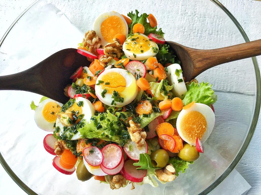 insalata d'estate con ortaggi e uova in insalatiera di vetro