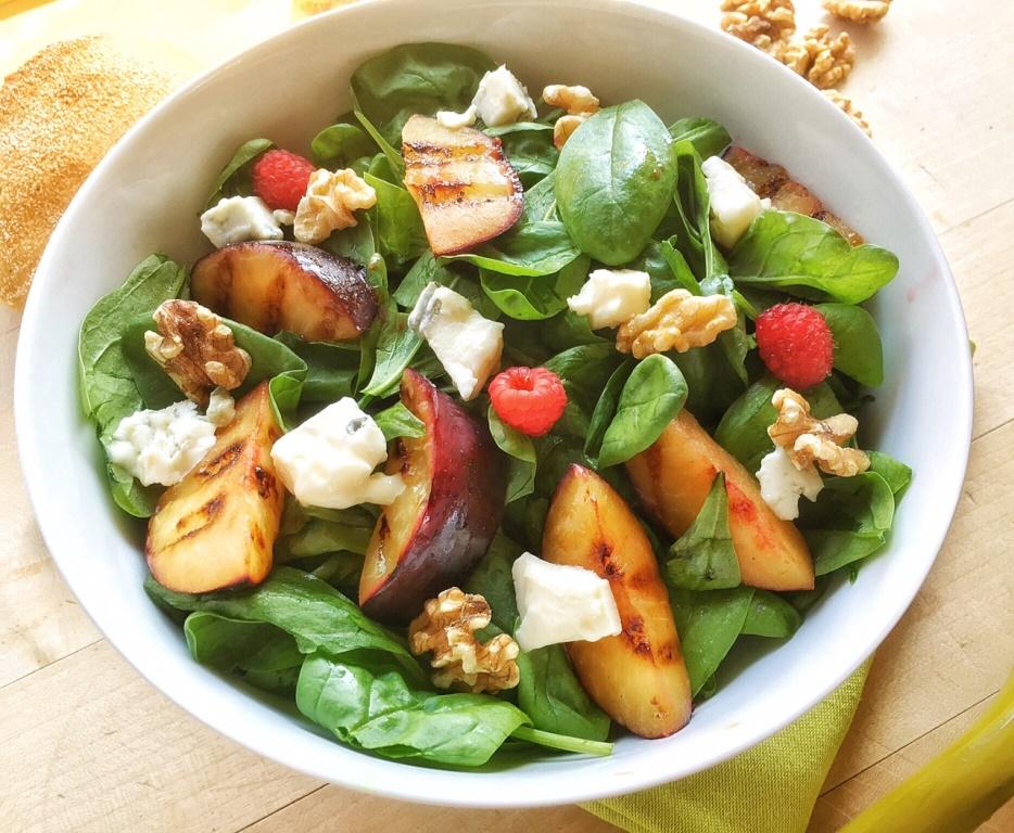 insalata di fine estate con susine grigliate e lamponi