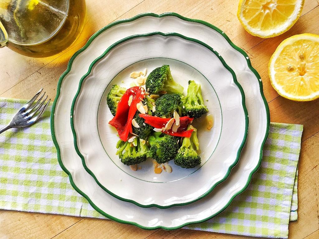 insalata tiepida di broccoli e peperoni con mandorle