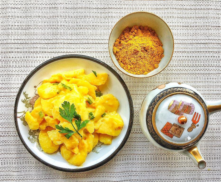 insalata di patate al curry accanto a ciotolina con curry